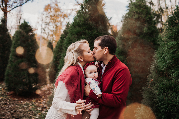 Christmas tree farm mini sessions in Cleveland held by Akron family photographer Chelsey Hill photography