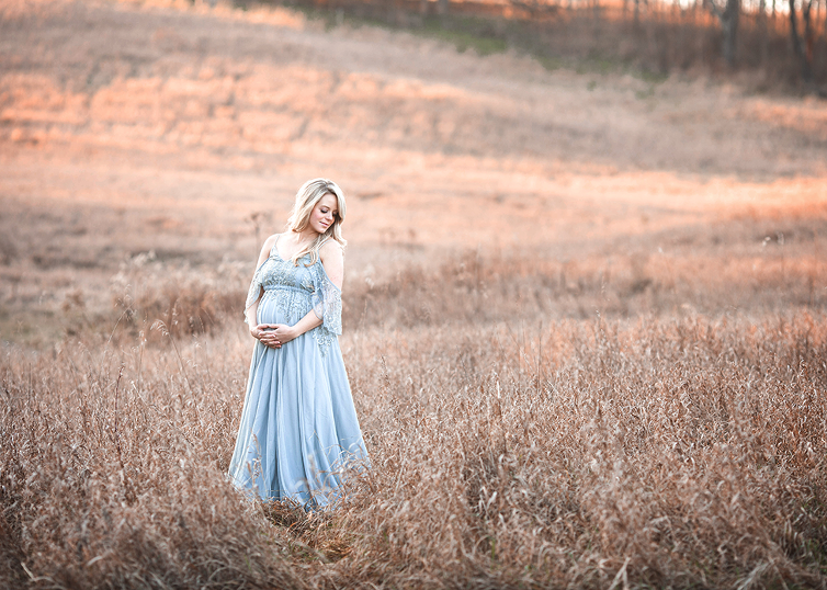 Stunning maternity session taken during winter in Cleveland field during golden hour by Chelsey Hill Photography